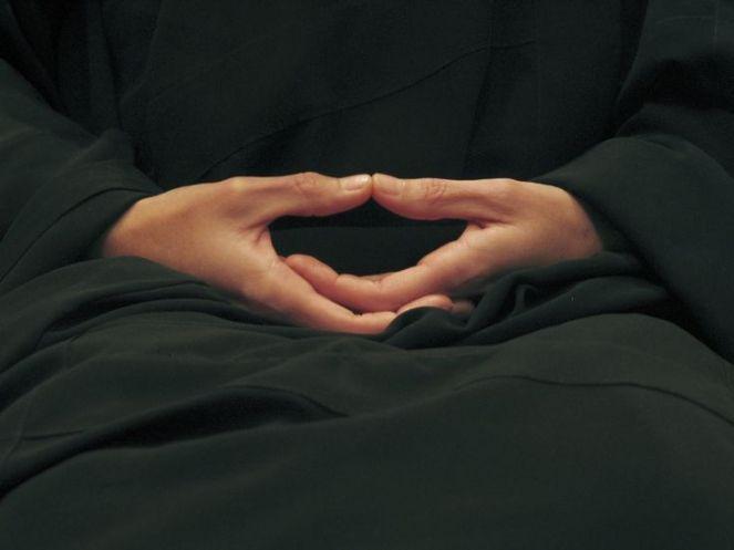 wall-gazing-hands-posture